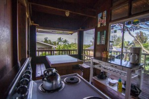 brown-back-house-backpackers-hawaii-north-shore-interior-16